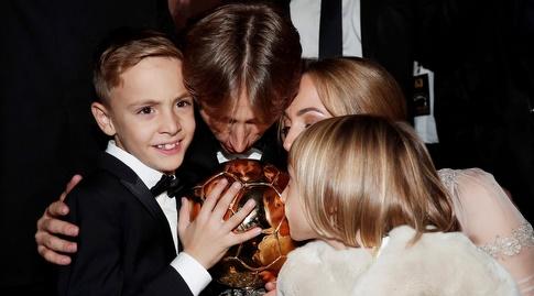 לוקה מודריץ' עם אשתו, ילדיו וכדור הזהב (רויטרס)