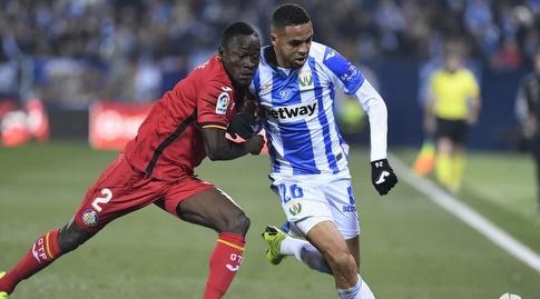יוסף א-נאסירי ודז'נה דקונם במאבק על הכדור (La Liga)