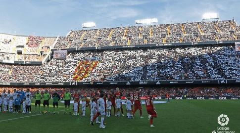שחקני ולנסיה וסביליה לפני שריקת הפתיחה (La Liga)