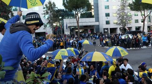 אוהדי בוקה ג'וניורס ברחובות מדריד לפני המשחק (רויטרס)