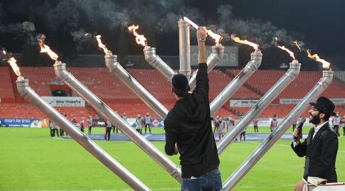 הדלקת נרות לפני תחילת המשחק (שחר גרוס)