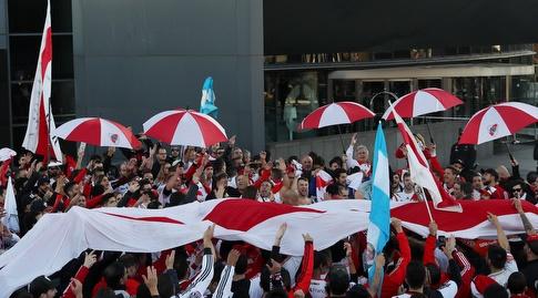 אוהדי ריבר פלייט רוקדים ברחובות מדריד (רויטרס)