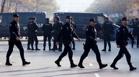 כוחות משטרה מחוץ לאצטדיון (רויטרס)