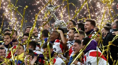 שחקני ריבר פלייט חוגגים זכייה בגביע הליברטדורס (רויטרס)