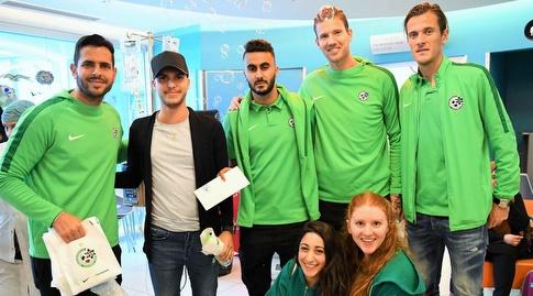 שחקני מכבי חיפה בביקור בבית החולים (האתר הרשמי של מכבי חיפה (מערכת ONE)