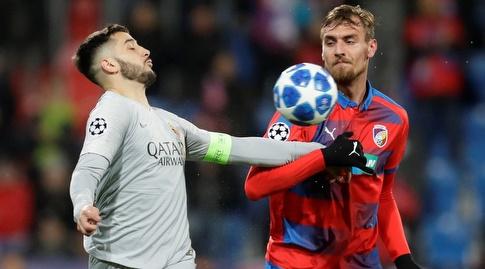 קוסטאס מנולאס ותומאס צ'ורי נלחמים על הכדור (רויטרס)