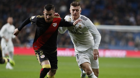 טוני קרוס וטיטו במאבק על הכדור (La Liga)