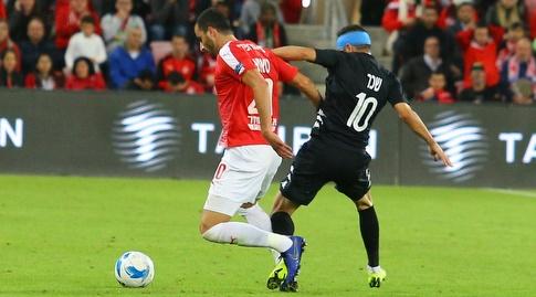 מוחמד שכר נאבק על הכדור עם לואי טאהא (מרטין גוטדאמק)