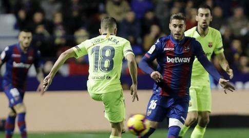 רובן רוצ'ינה משקיף על ג'ורדי אלבה (La Liga)