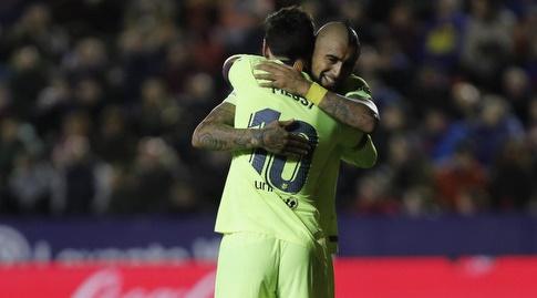 ליאו מסי וארתורו וידאל חוגגים (La Liga)