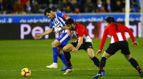 מאנו גארסיה וראול גארסיה נאבקים על הכדור (La Liga)
