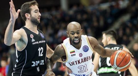 יוגב אוחיון שומר על ג'מאר ווילסון (FIBA)