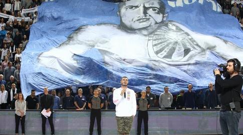 נדב גדג' מופיע על רקע קהל תל אביב (שחר גרוס)