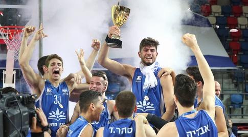 שחקני תל אביב מניפים את הגביע (שחר גרוס)