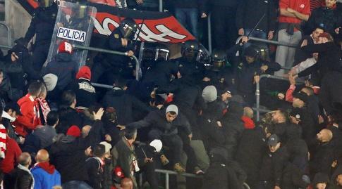 אוהדי אולימפיאקוס מתעמתים עם השוטרים. הקהל היווני ידוע כאלים (רויטרס)