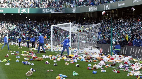 הצעצועים שהשליכו אוהדי בטיס לכר הדשא (La Liga)