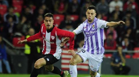 אוסקר פלאנו מנסה להגיע לכדור (La Liga)