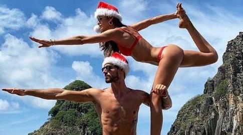 קווין טראפ והחברה עם גלויה לחג (אינסטגרם)