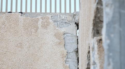 החיבור בין המדרגות לבין הקיר מאבד אחיזה? (רדאד ג'בארה)
