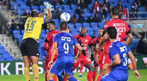 אוסטין אג'ידה מאגרף את הכדור (חגי מיכאלי)