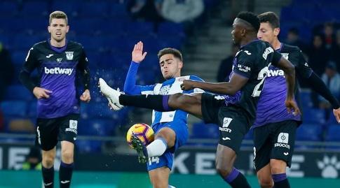 אוסקר מלנדו מנסה להשתלט על הכדור (La Liga)