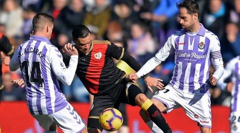 ראול דה תומאס מנסה לשמור על הכדור (La Liga)