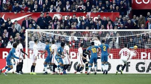 אנטואן גריזמן מתבונן בכדור עושה את דרכו לרשת (La Liga)