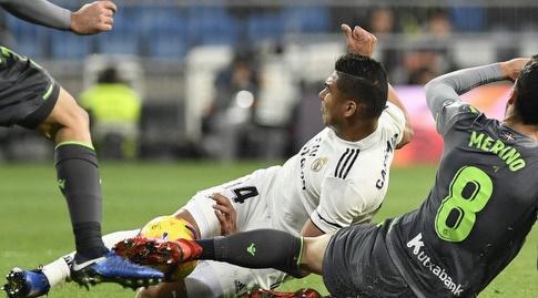 מיקל מרינו וקאסמירו נאבקים על הכדור (La Liga)