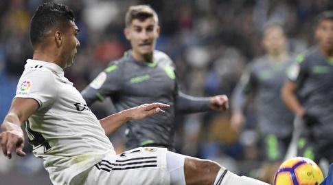 קאסמירו מוסר את הכדור (La Liga)