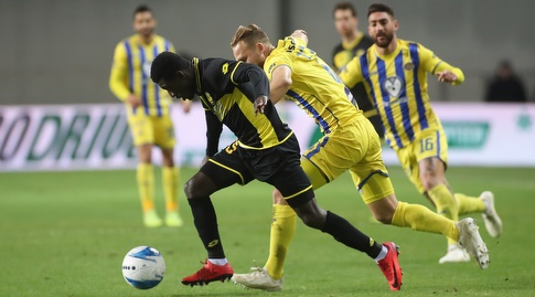 עלי מוחמד ודן גלזר במאבק על הכדור (רדאד ג'בארה)