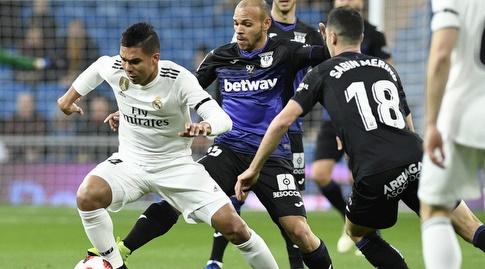 קאסמירו מנסה לשמור על הכדור (La Liga)