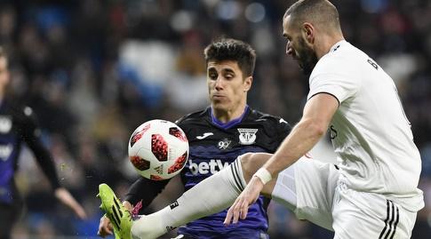 קארים בנזמה מנסה להשתלט על הכדור (La Liga)