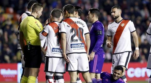 שחקני ראיו וייקאנו וסלטה ויגו לפני הפנדל (La Liga)