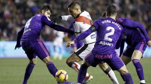 הוגו מאיו ונסטור אראוז'ו מנסים לקחת את הכדור (La Liga)