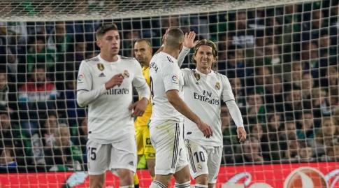 לוקה מודריץ' וקארים בנזמה חוגגים (La Liga)