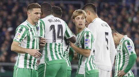 שחקני בטיס עומדים בחומה עם רפאל וראן (La Liga)