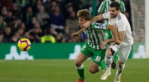 נאצ'ו וסרחיו קנאלס נאבקים על הכדור (La Liga)
