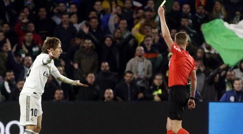 לוקה מודריץ' מקבל כרטיס צהוב (La Liga)