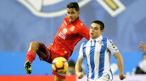 לוקה סאנאלי מנסה להגיע לכדור (La Liga)
