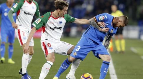 ויטורינו אנטונש ותומאס פינה נאבקים על הכדור (La Liga)