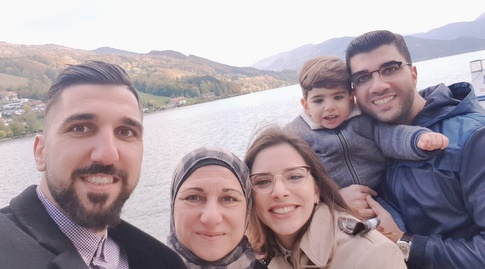 מונס דאבור ומשפחתו מאושרים (מערכת ONE)