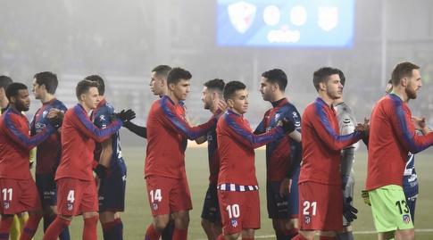 שחקני ווסקה עם שחקני אתלטיקו מדריד לפני המשחק (La Liga)