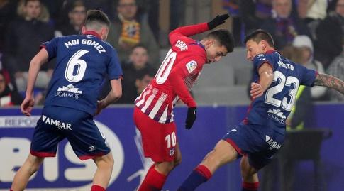 דמיאן מוסטו מנסה לקחת את הכדור לאנחל קוראה (La Liga)