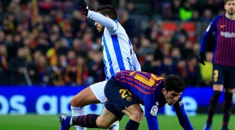 קרלס אלנייה מנסה לשמור על הכדור (La Liga)