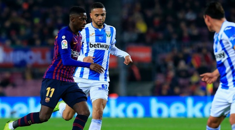 יוסוף א-נסירי ואוסמן דמבלה נאבקים על הכדור (La Liga)