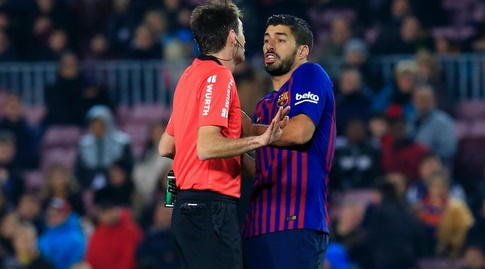 לואיס סוארס מתווכח עם השופט (La Liga)