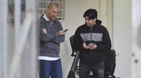 אליניב ברדה ואבי נמני צופים במשחקים מהיציע (נעם מורנו)