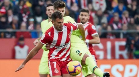 ג'רארד פיקה וכריסטיאן סטואני נאבקים על הכדור (La Liga)