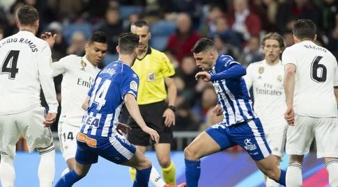סרחיו ראמוס, קאסמירו ונאצ'ו מנסים לגנוב את הכדור (La Liga)