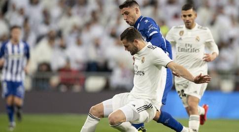 נאצ'ו פרננדס מנסה לשמור עם הכדור (La Liga)